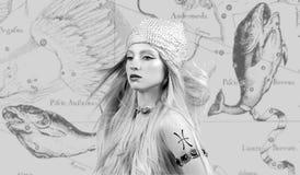 占星 双鱼座黄道带标志,黄道带地图的美女双鱼座 免版税库存图片