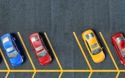 占用的所有汽车停放了停车场 一个地方是自由的 免版税库存照片
