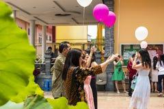 占碑省,印度尼西亚- 2018年10月7日:气球在中国庆祝的一次庆祝时被发布了 免版税库存照片