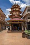 占碑省,印度尼西亚- 2018年10月7日:在Vihara里面Satyakirti看法与明亮的天空蔚蓝的在占碑省,一个最大的中国稀土 免版税库存照片