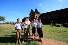 占巴塞省老挝- Nov21 -站立在Prasat Wat Phu前面的小组未认出的男孩和女孩老挝学生重要老挝wor 免版税图库摄影