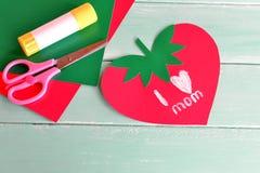贺卡与词的母亲节我爱妈妈 日愉快的母亲s 汽车颜色制作做纸铅笔红色剪刀射击的温室孩子轻的宏指令 纸板料,胶浆,剪刀 库存图片
