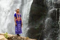 卡伦站立近的瀑布的部落妇女 库存照片