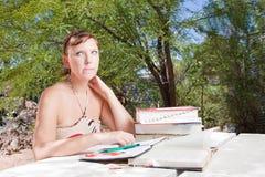 卡住学习,妇女年轻人 免版税库存图片