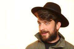 戴卡其色的夹克和黑帽会议的有胡子的人 关闭 E 空白 免版税库存图片