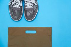 卡其色的颜色运动鞋 库存图片