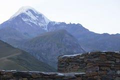 卡兹别克山在古老正统monas的墙壁上上升 免版税库存照片