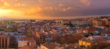 卡利亚里老市中心,意大利广角全景在日落期间的 免版税库存图片