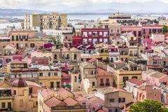 卡利亚里老镇五颜六色的地中海房子在温暖的树荫下黄色,橙色和桃红色,撒丁岛意大利 免版税库存照片