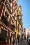卡利亚里,撒丁岛狭窄的街道的五颜六色的房子  免版税库存照片