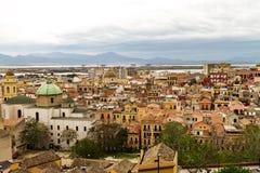卡利亚里4月28日2017年,意大利 在Cag老镇的全景  图库摄影