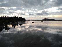 卡利市河视图在日落timen的晚上 免版税库存图片
