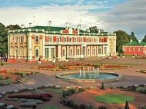 卡利柯治宫殿和庭院,塔林,爱沙尼亚 免版税库存照片