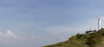 卡利, Colombi克里斯多del Rey雕象全景有蓝天的 免版税库存照片