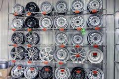 卡卢加州,俄罗斯08 09 2018年:轮胎的机器轮子在备件购物 库存图片