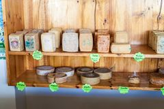卡哈马卡省,秘鲁- 2015年6月8日:乳酪在小乳酪的待售生产农场在卡雅马尔附近 免版税库存图片