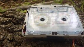 卡型盒式录音机使用 音频球员在树的吠声说谎 股票视频