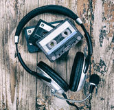卡型盒式录音机和耳机 免版税库存照片