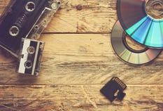 卡型盒式录音机和CD的圆盘和单词 免版税库存照片
