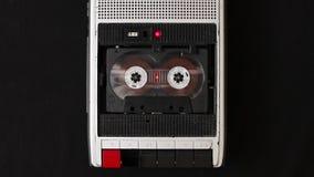 卡型盒式录音机在葡萄酒球员的磁带辗压 股票录像