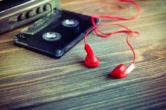 卡型盒式录音机磁带和红色耳机 库存图片