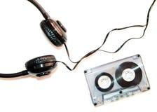 卡型盒式录音机磁带和耳机, 免版税库存图片