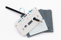 卡型盒式录音机磁带和计算机软盘 免版税库存图片