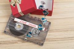 卡型盒式录音机磁带和镯子 免版税图库摄影