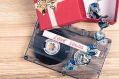 卡型盒式录音机磁带和镯子 库存图片