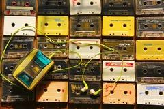 卡型盒式录音机顶视图在行和专栏安排了与卡式磁带播放机 免版税库存图片