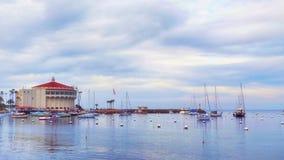 卡塔利娜海岛垂距的赌博娱乐场与在海湾的船 免版税库存图片
