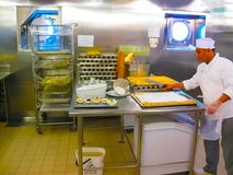 卡塔利娜海岛,多米尼加共和国2013年2月05日:有板材的厨房准备好服务的晚餐 库存图片