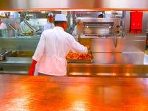 卡塔利娜海岛,多米尼加共和国2013年2月05日:有板材的厨房准备好服务的晚餐 免版税库存照片