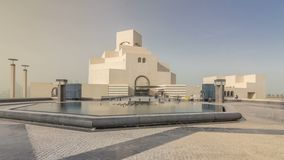 卡塔尔伊斯兰教的艺术timelapse hyperlapse ` s博物馆在它的人造海岛上的在多哈Corniche旁边 股票视频