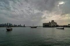 卡塔尔多哈檐口单桅三角帆船巡航 图库摄影
