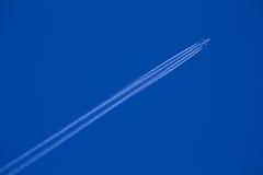 卡塔尔空中航线克服天空的喷气机划线员 免版税库存图片