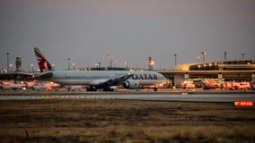 卡塔尔航空公司波音777飞机一出租汽车方式 库存照片
