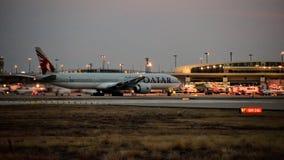 卡塔尔航空公司波音777飞机一出租汽车方式 图库摄影