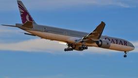 卡塔尔航空公司进来为着陆的波音777 免版税库存图片