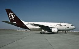 卡塔尔航空空中客车A310-222准备好从汉堡的一次飞行 免版税库存图片