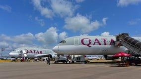 卡塔尔航空空中客车A380和A350-900在显示的XWB在新加坡Airshow 免版税库存图片