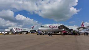 卡塔尔航空空中客车A380和A350-900在显示的XWB在新加坡Airshow 免版税库存照片