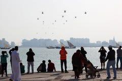卡塔尔飞行表演的观众2013年在多哈,卡塔尔,中东 免版税库存图片