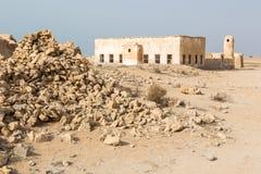卡塔尔 波斯湾海岸的沙漠  有尖塔的被放弃的清真寺 离开的村庄 堆石头 库存照片
