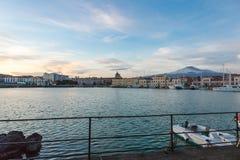 卡塔尼亚和它的港口地平线有多雪的火山的Etna 图库摄影