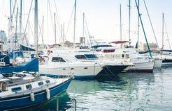 卡塔尼亚港务局,与帆船的海景,西西里岛,意大利 图库摄影