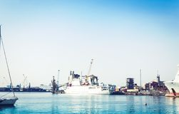 卡塔尼亚港务局,与帆船的海景,西西里岛,意大利 库存照片