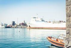 卡塔尼亚港务局,与帆船的海景,西西里岛,意大利 库存图片