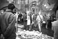 卡塔尼亚,意大利渔夫在鱼市上 库存照片