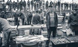 卡塔尼亚,意大利渔夫在鱼市上 免版税库存照片